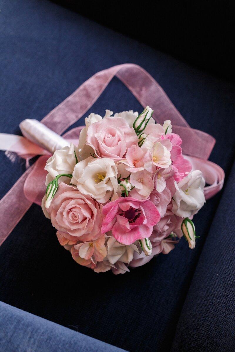 Букет невесты в розовом цвете будет милым дополнением образу невесты