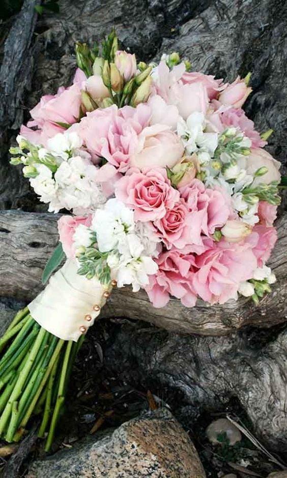 Нюансы составления, варианты и фото идеи свадебных букетов из роз.