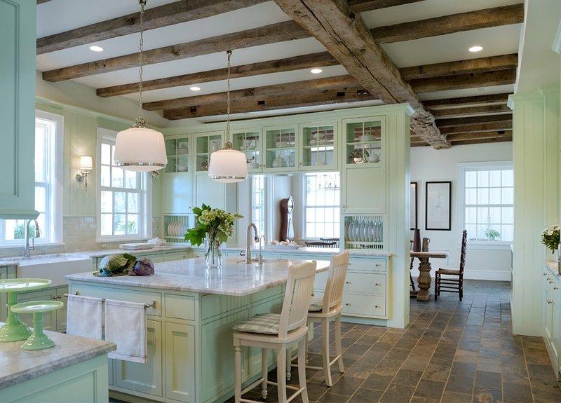 Созданный классический интерьер с применением мятного цвета делает помещение одновременно просторным, уютным и по нежному светлым.