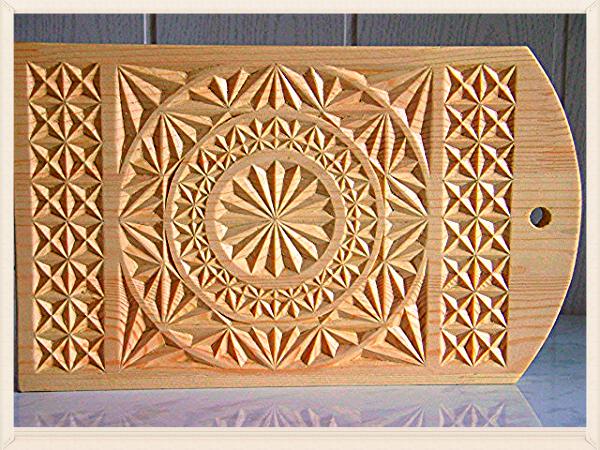 Чтобы создать орнамент на доске, необходим нож-косяк и нож-перо, готовый трафарет и нелакированная разделочная доска из цельного куска липы