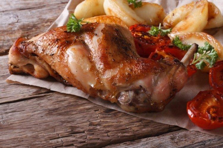 Шашлык из кролика - очень вкусное блюдо, которое можно отнести к слегка необычным вариантам шашлыка. Приготовьте по этому рецепту аппетитный шашлык из кролика - удивите близких!