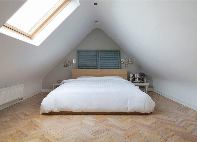 Белоснежная спальня с мансардным окном