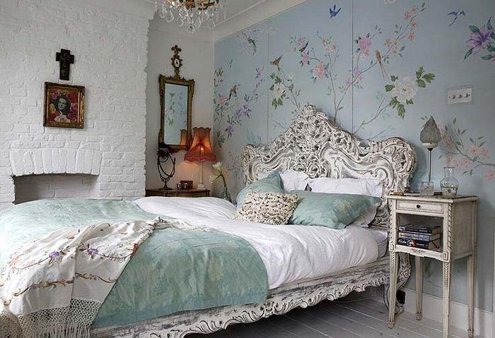 Голубые обои с цветами в нежной сппальне