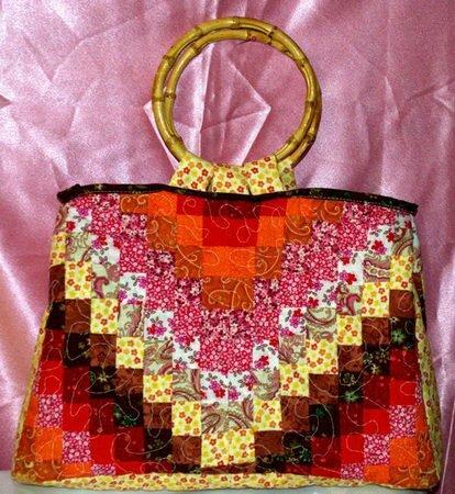 Летняя лоскутная сумочка выполнена в технике пэчворк из качественного 100% американского хлопка.