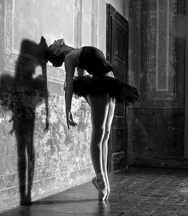 Вероятнее всего роман с неизвестнойженщиной уже идет полным ходом, а человекоб этом даже не догадывается.