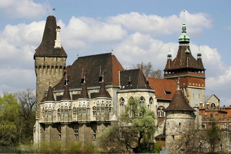 Величественный замок Вайдахунд является копией построенной в тринадцатом веке крепости королей Трансильвании Хуньяди. Он располагается в живописном старинном парке Варошлигет в историческом центре города.