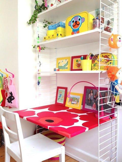...  всегда яркие краски и куча игрушек, фломастеров, цветных бумажек, поэтому скандинавское кантри это напоминает по отдельным элементам- современным постерам, именным буквам и мебели. Детское рабочее место должно быть одновременно достаточно ярким и жизнерадостным, а с другой стороны не отвлекать от занятий.В подборке много идей для разных возрастов и предназначений уроков, творчества и игр ...