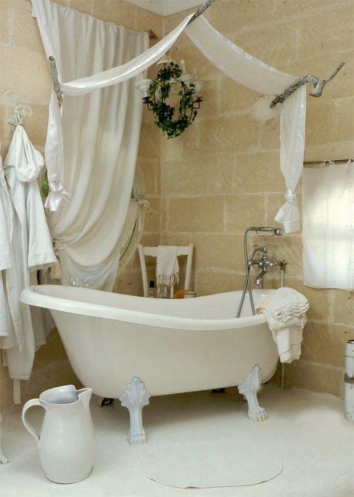 Маленькая и уютная ванная в стиле шебби шик