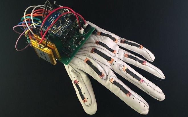 Учёные Калифорнийского университета разработали электронную перчатку, преобразующую жесты в текстовые сообщения на смартфоне
