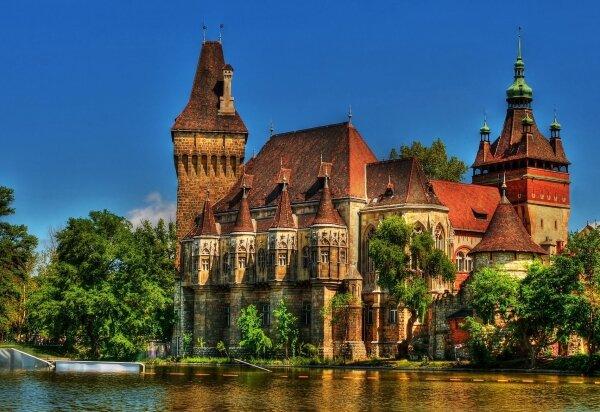 По имени этого замка исторический павильон в Будапеште и получил свое название. После того, как деревянный павильон разобран, принято решение возвести его копию в камне, архитектором которой стал Игнац Альпар.