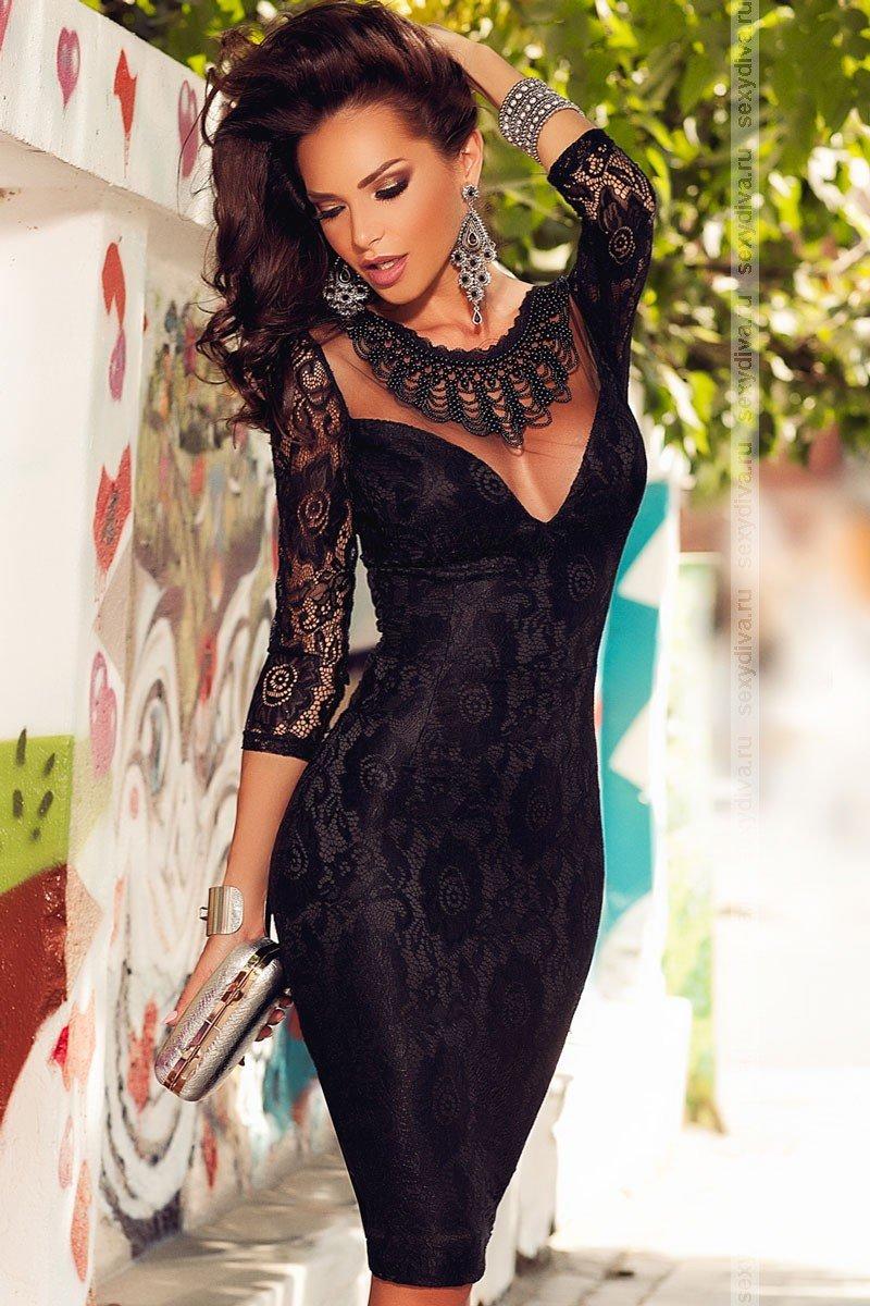 99a48dde581 Черное вечернее кружевное платье длиною до колен имеет приталенный дизайн и  отлично подчеркивает фигуру.