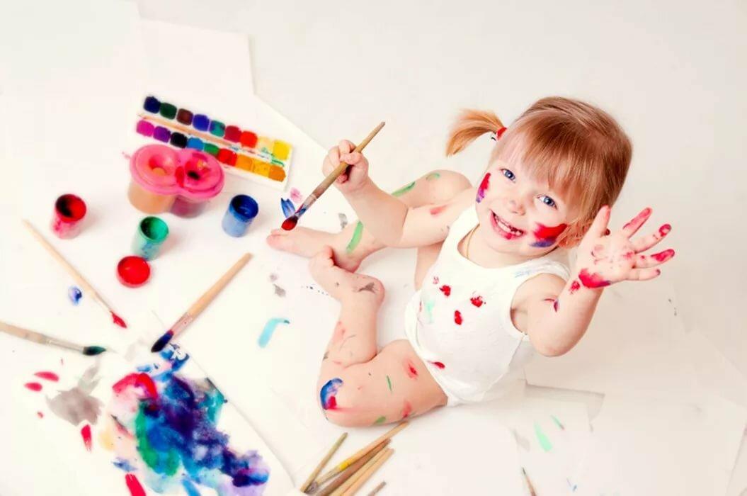 Картинка рисующего малыша