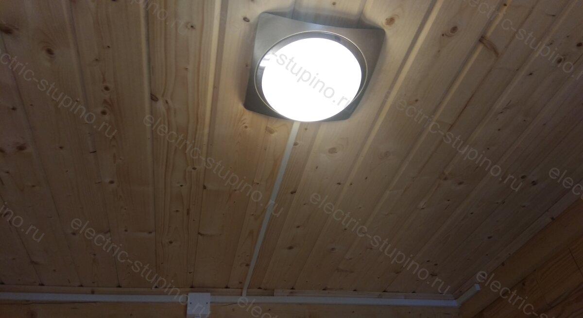 Установка светильника в ванной комнате в деревянном доме