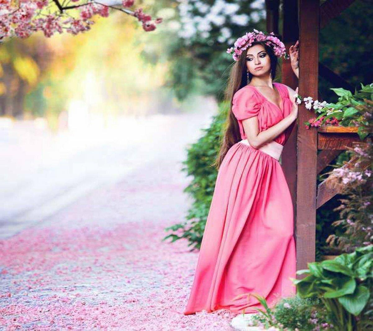 Девушки в розовом платье картинки