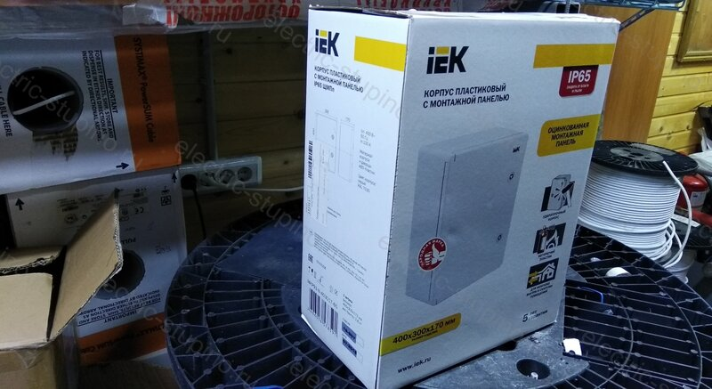 Электрощит IEK из пластика с монтажной панелью 400 * 300 * 170 мм IP 65