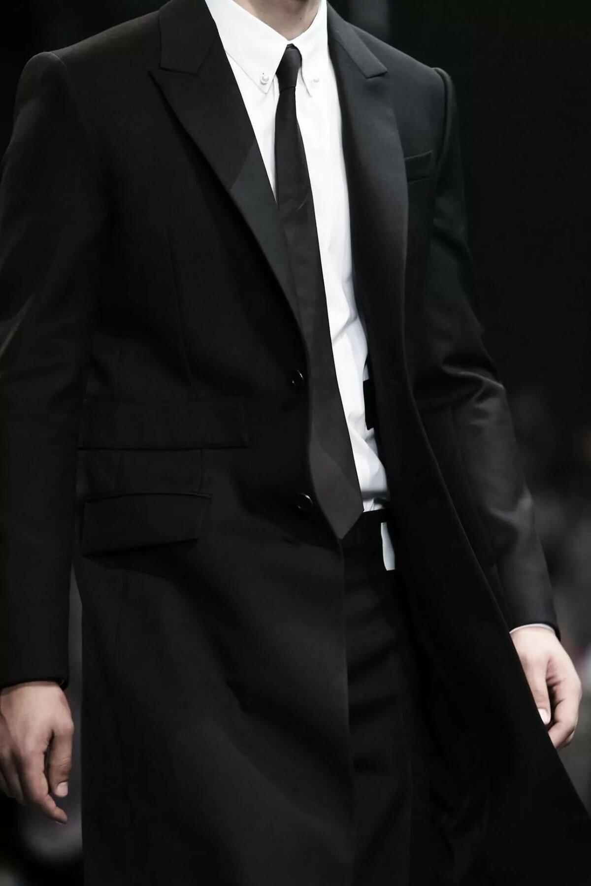 Фото парень в черном костюме