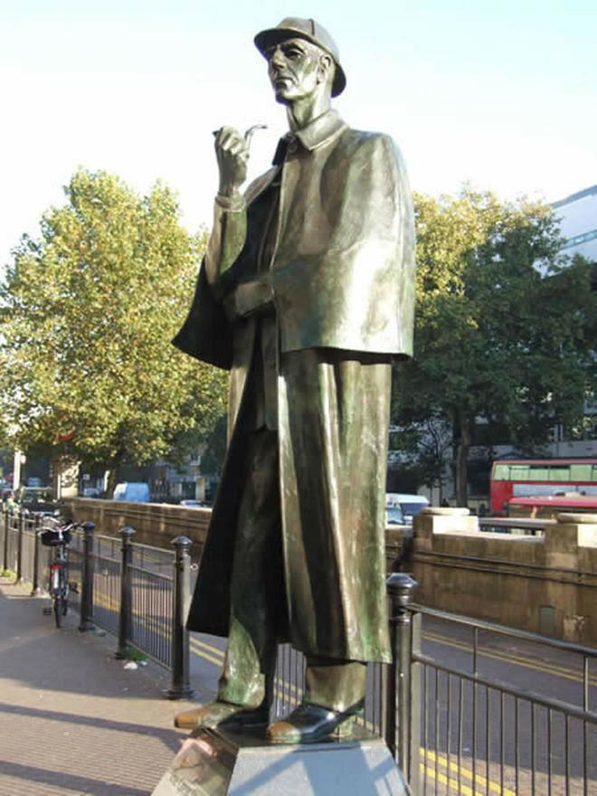 24 сентября 1999 года вЛондоне на Бейкер-стрит открыт памятник Шерлоку Холмсу
