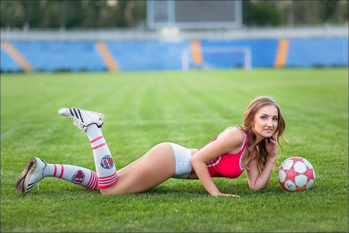 Фото с мячом на поле девушка