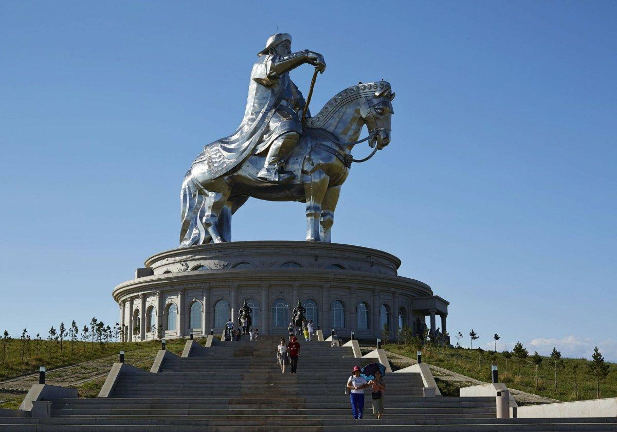 настоящее памятник чингисхану на площади в улан баторе фото ней