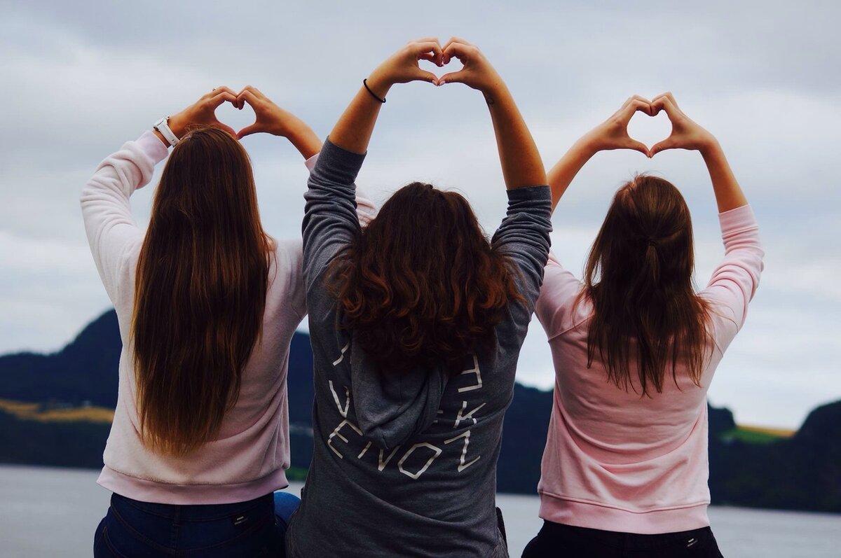 Картинка трех девушек со спины