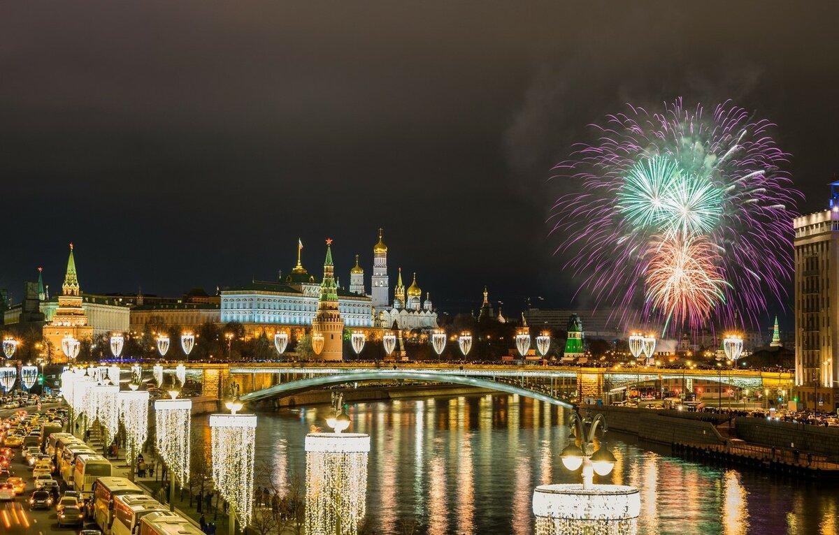 система играет фото кремль с новым годом разноцветные листья