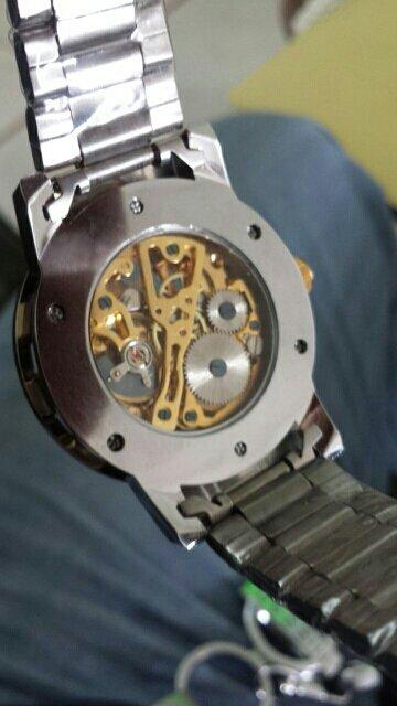 Задняя крышка часов Winner Prestige со смотровым окошком. Хорошо видны работающие детали часов.