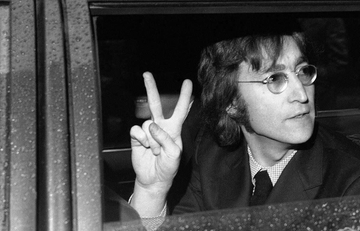 Джон леннон фото у флага америки