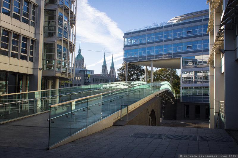 Деловой комплекс с мостом - наземным переходом. Мюнхен