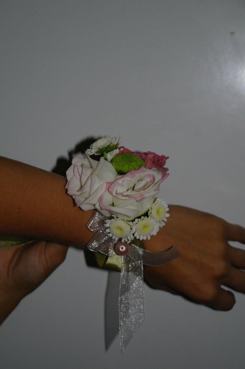 украшение на руку с живых цветов на свадьбу