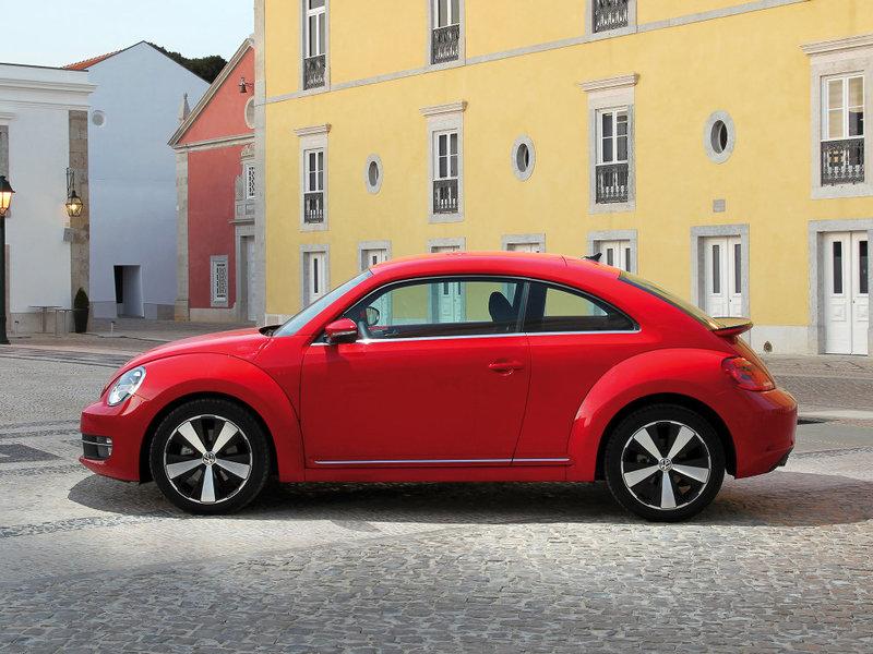 Автомобиль Volkswagen Beetle 2011, хэтчбек, II поколение, красного цвета