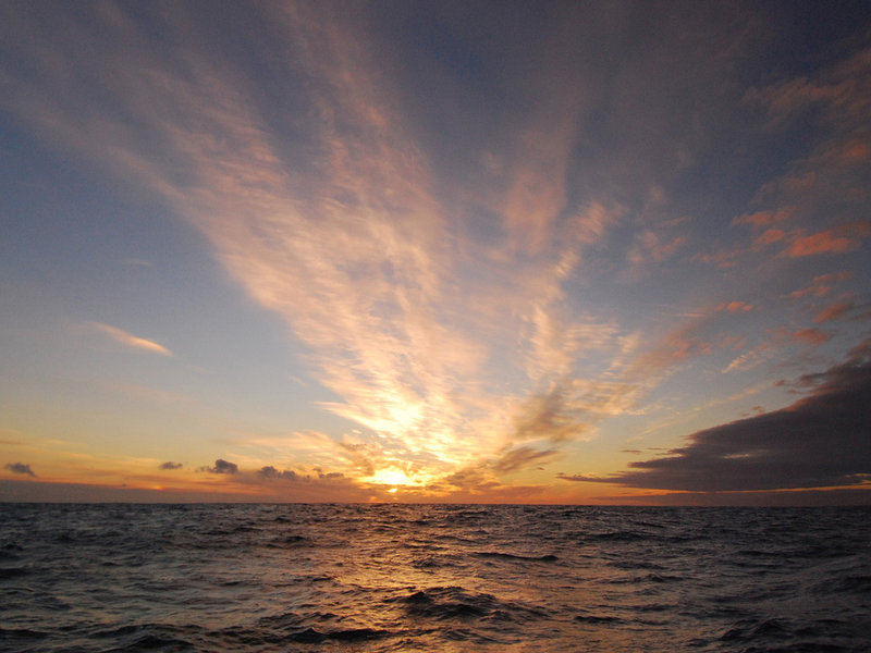 Восходящее над морем солнце.