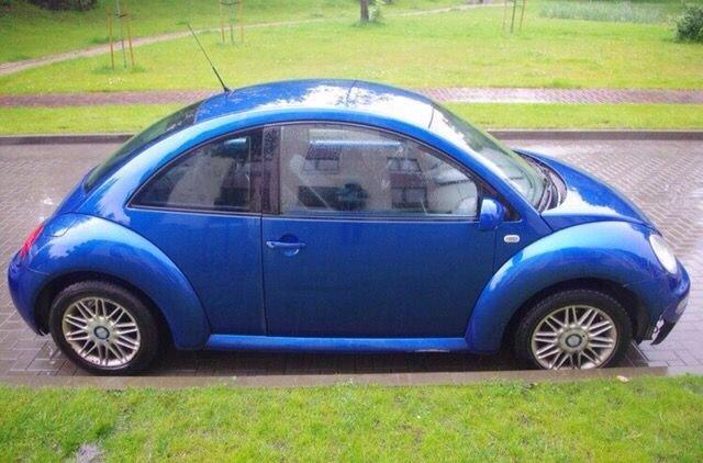 Volkswagen Beetle, синего цвета, вид сбоку