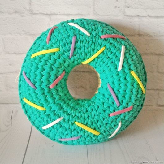 декоративная подушка из трикотажной пряжи