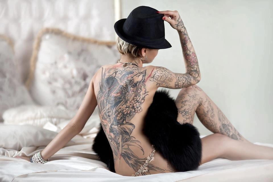 Классная брюнетка с наколкой сзади на спине — photo 2