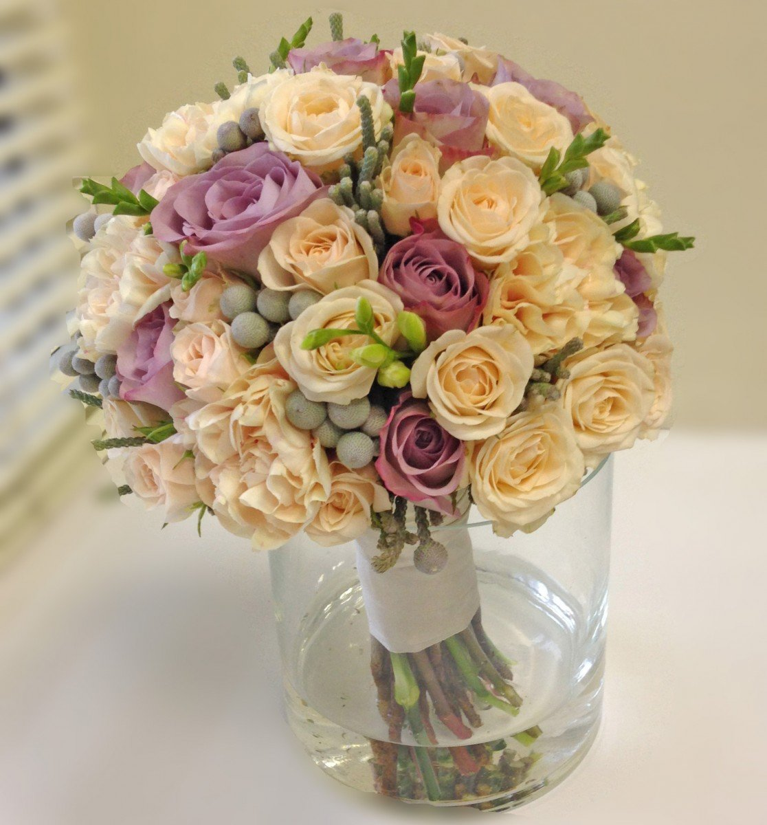 Свадебные букеты из роз кремовых киев, цветов