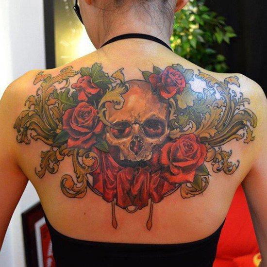 цветная тату череп в розах на спине