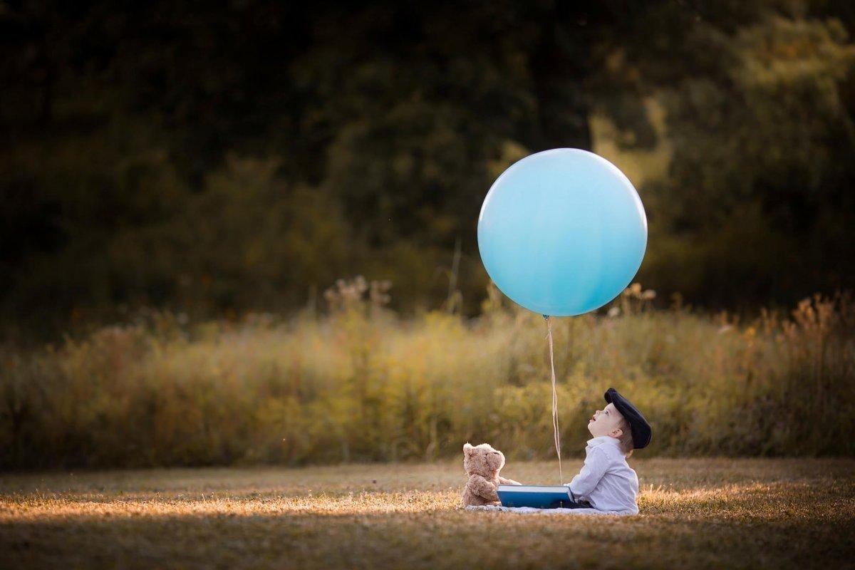 Картинка ребенок с шариками воздушными, днем