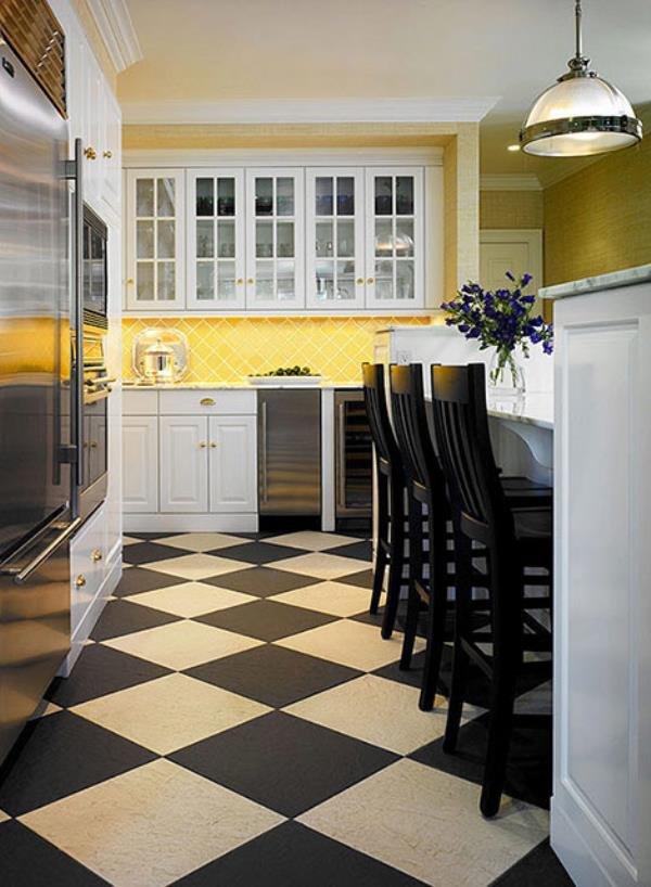 Шахматная черно-белая плитка на полу в кухне. обсуждение на .