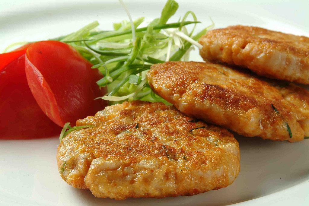 Рубленные котлеты имеют особый вкус и консистенцию за счет их приготовления не из мясного фарша, измельченного достаточно мелко (иной раз прокрученного через мясорубку на два раза), но фарша из мелко рубленного мяса.