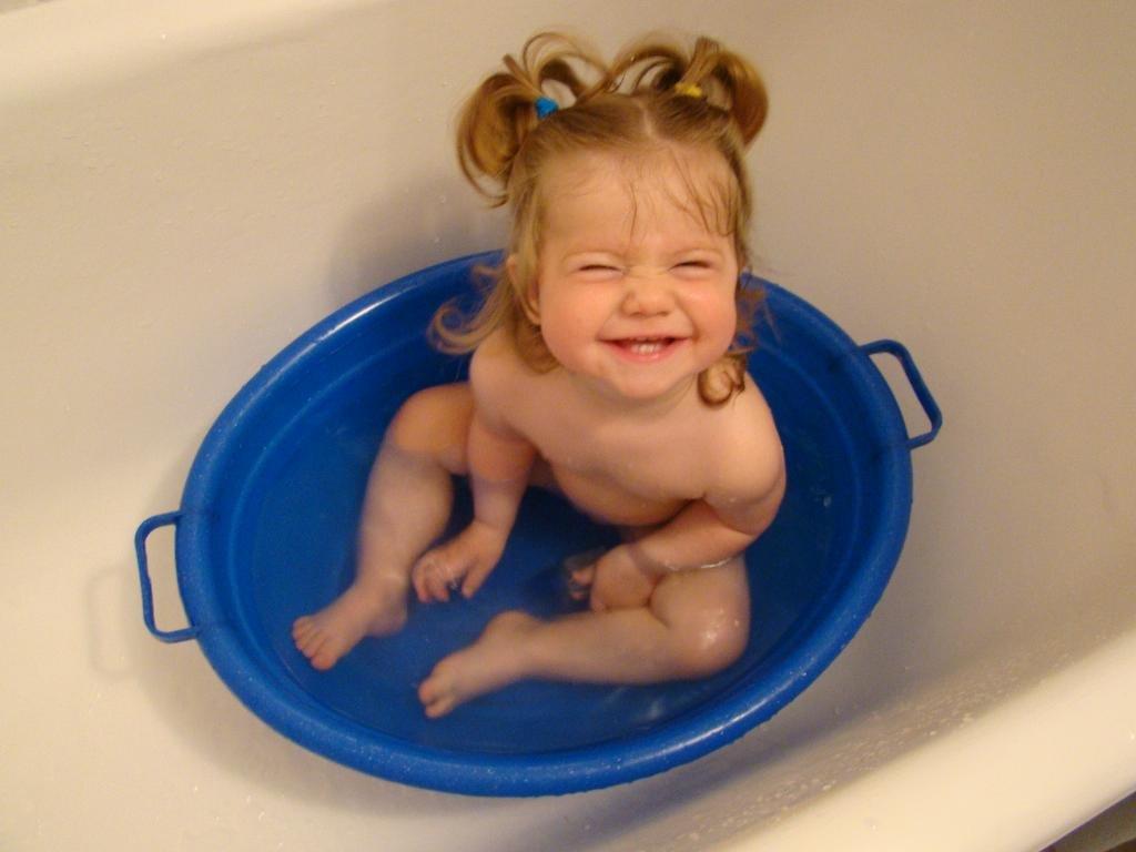 девушка купается в тазике фото - 8
