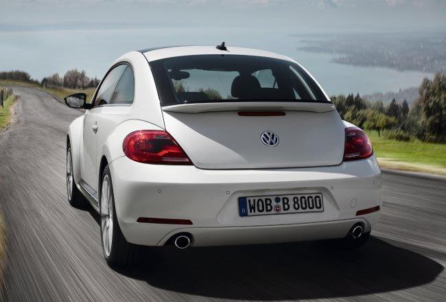 Автомобиль Volkswagen Beetle, белого цвета, фото на скорости