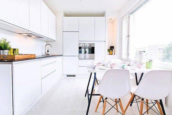Планировка маленькой кухни. Если вы выберете белый и для пола, то получите кухню в актуальном скандинавском стиле. Не зря этот стиль чаще всего используют в интерьере маленьких квартир.