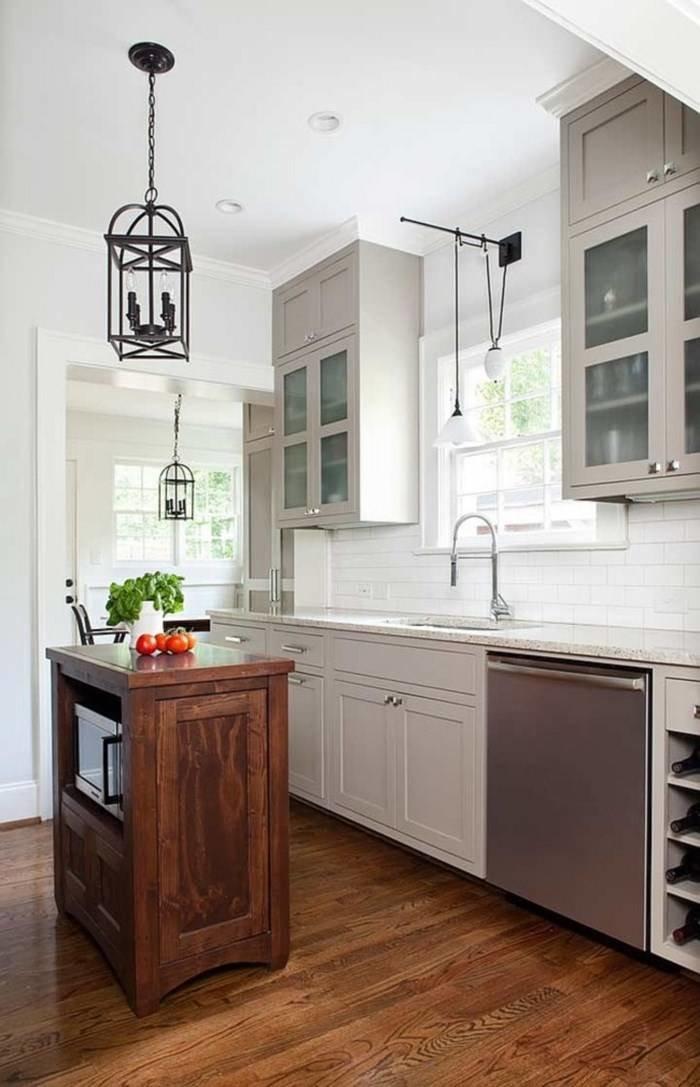кухня выполненная в светло-сером цвете с маленьуим деревянным островом