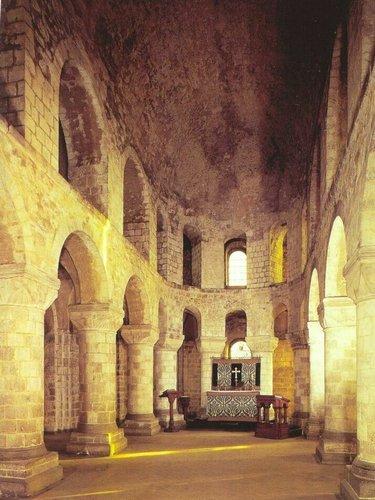 замок внутри средневековье романский стиль