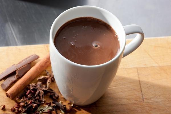 Простой горячий шоколад по-домашнемуРецепт. молоко 1 л, шоколад 200 г, крахмал картофельный 2-3 ст.л....