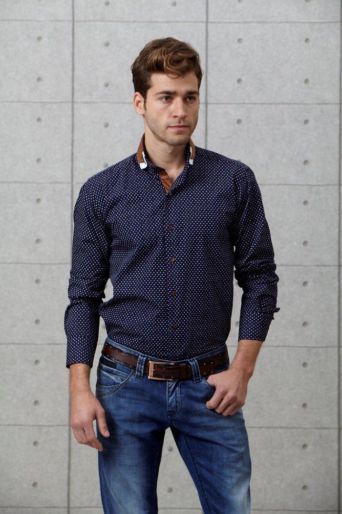 Темно синяя рубашка в горошек