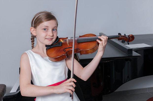 А́льма Элизабе́т До́йчер Английский композитор, пианистка, скрипачка и вундеркинд. В возрасте шести лет она написала свою первую фортепианную сонату. В возрасте семи лет — завершила первую оперу «Сметающий сны»