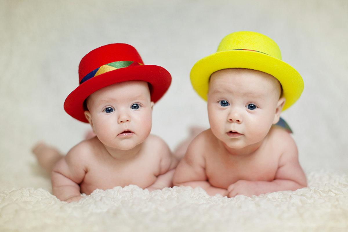 Малыши в шляпах.