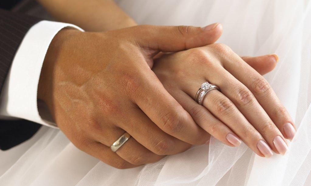 Картинка обручальные кольца на руках, гостиницах