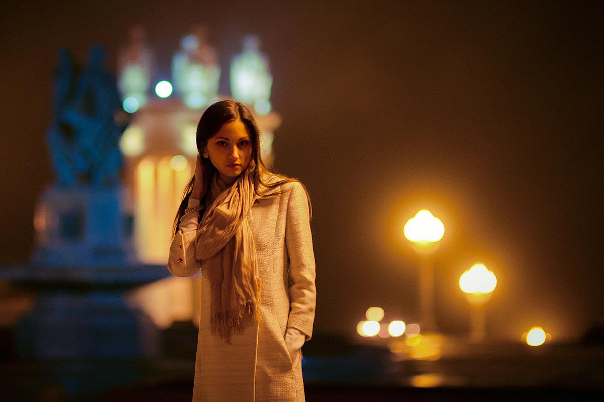она училась, фотопортрет в ночном городе уголком называют